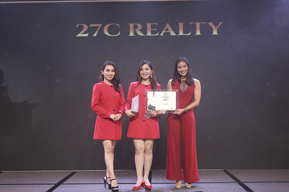 Dianne Orillosa (left) and Gianne Orillosa (center) at The Dot Property Philippines Awards 2019