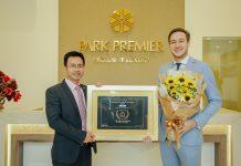 ông Lê Viết Đức – Phó tổng giám đốc Tập đoàn Anpha Holdings nhận giải thưởng từ ông Joe Kheng (trái) Giám đốc điều hành của Dot Property Việt Nam.